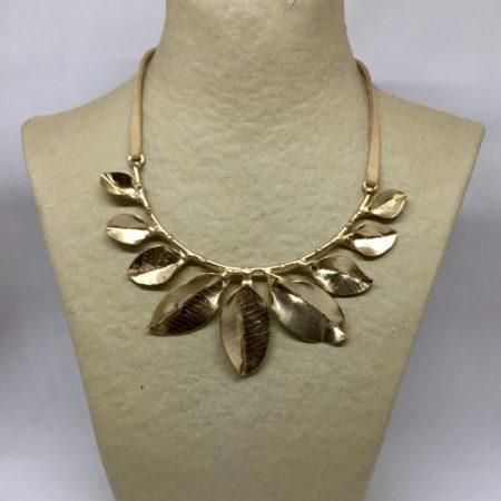 collar de hojas de latón